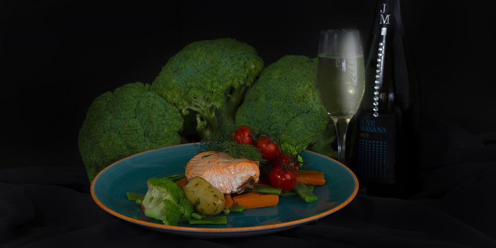 Salmón noruego al horno con verduras de temporada y patatas malagueñas